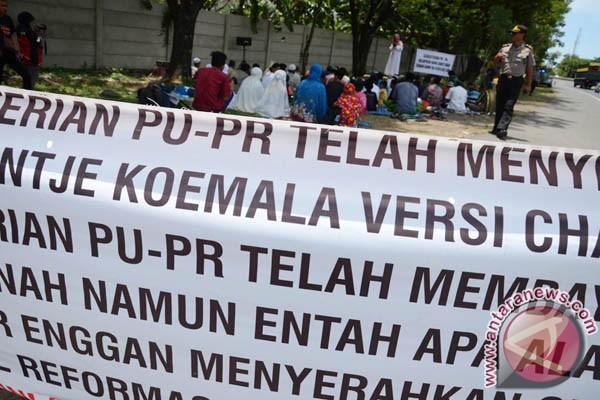 Warga salat Jumat di Tol Reformasi Makassar