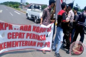 Aparat bubarkan paksa pendemo-jurnalis di Tol Reformasi