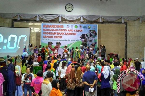 Pengelola bank sampah di Makassar adu kreativitas