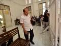 Bupati Jeneponto, Iksan Iskandar hadir sebagai saksi pada sidang lanjutan kasus dugaan tindak pidana korupsi dana aspirasi Kabupaten Jeneponto di Pengadilan Negeri, Makassar, Sulawesi Selatan, Rabu (11/1). Sidang tersebut menghadirkan terdakwa mantan Sekretaris Komisi III DPRD Jeneponto Bunsuhari Baso Tika atas kasus dugaan korupsi dana aspirasi Kabupaten Jeneponto tahun 2013 dengan potensi kerugian negara hingga Rp16 miliar. ANTARA FOTO/Dewi Fajriani/ama/17
