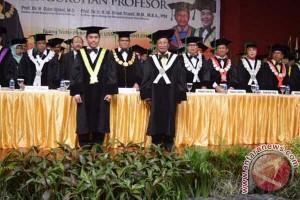 Rektor UNM Kukuhkan Dua Guru Besar