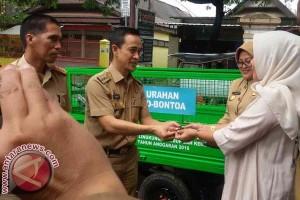 Legislator Serahkan Kendaraan Kebersihan kepada Pemkab Gowa