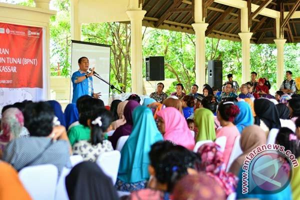 Wawali Makassar Serahkan Beras Sejahtera Non Tunai