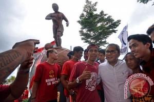 Wali Kota Makassar Resmikan Patung Legendaris Ramang