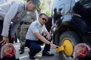 Dishub Makassar Gembok Mobil Parkir Liar