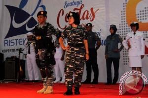 """Prajurit Lantamal Menarik Perhatian Pengunjung """"Fashion Show"""""""