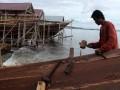 Pekerja menyelesaikan proses pembuatan kapal di kawasan pembuatan kapal pinisi, Tanah Beru, Kabupaten Bulukumba, Sulawesi Selatan, Sabtu (4/3). Produksi kapal pinisi di kawasan tersebut, dijual untuk keperluan perdagangan maupun kapal pesiar yang dipesan dari dalam maupun luar negeri. ANTARA FOTO/Abriawan Abhe/foc/17.