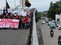 Sejumlah mahasiswa yang tergabung dalam Solidaritas Kemandirian Rakyat (Serikat) melakukan long mars saat berunjuk rasa di Jembatan Layang, Makassar, Sulawesi Selatan, Kamis (9/3). Dalam aksi tersebut mereka mendesak pemerintah untuk segera menasonalisasi PT Freeport serta segera menerapkan aturan dan pengelolaan sumber daya alam Indonesia. ANTARA FOTO/Abriawan Abhe/pd/17