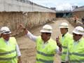 Gubernur Sulawesi Selatan Syahrul Yasin Limpo (kedua kiri) meninjau proyek pembangunam Underpass Bandara Sultan Hasanuddin di Makassar, Sulawesi Selatan, Rabu (15/3). Proyek Underpass Simpang Lima Bandara Sultan Hasanuddin Makassar sepanjang satu kilometer yang menghabiskan APBN sebesar Rp169 miliar, ditargetkan rampung dalam 116 hari ke depan. ANTARA FOTO/Sahrul Manda Tikupadang/foc/17.