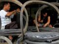 Pekerja menyelesaikan pembuatan kursi dari bahan karet ban bekas di desa Bonto Bangun, Kecamatan Rilau Ale, Kabupaten Bulukumba, Sulawesi Selatan, Sabtu (18/3). Kerajinan kursi berbahan karet ban bekas yang dipesan dari sejumlah daerah di Sulawesi Selatan tersebut dijual Rp500 ribu - Rp800 ribu per set tergantung jenis dan tingkat kesulitan pembuatan. ANTARA FOTO/Abriawan Abhe/ama/17