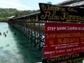Sejumlah pengunjung menikmati libur akhir pekan di Pulau Karampuang, Mamuju, Sulawesi Barat. Minggu (19/3). Pulau karampuang merupakan salah satu tempat favorit yang ramai dikunjungi wisatawan dalam maupun luar negeri untuk melakukan snorkeling karena dikenal dengan keindahan terumbu karangnya.ANTARA FOTO/Akbar Tado/pd/17.