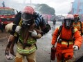 Petugas pemadam kebakaran berusaha mengevakuasi korban kebakaran saat simulasi penanganan kebakaran di Makassar, Sulawesi Selatan, Senin (20/3). Simulasi dalam rangka memperingati HUT ke-98 Pemadam Kebakaran itu juga untuk melatih kesigapan dan kemampuan petugas dalam menangani bencana kebakaran. ANTARA FOTO/Yusran Uccang/aww/17.