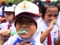 Sejumlah siswa menggosok gigi saat melakukan sikat gigi bersama dalam rangka memperingati Hari Kesehatan Mulut Sedunia di SD Percontohan PAM Makassar, Sulawesi Selatan, Senin (20/3). Acara tersebut untuk mensosialisasikan kesehatan mulut sejak dini kepada siswa sekolah dasar. ANTARA FOTO/Yusran Uccang/aww/17.