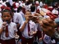 Sejumlah siswa menggosok gigi saat acara sikat gigi bersama dalam rangka memperingati Hari Kesehatan Mulut Sedunia di SD Percontohan PAM Makassar, Sulawesi Selatan, Senin (20/3). Acara tersebut untuk mensosialisasikan kesehatan mulut sejak dini kepada siswa sekolah dasar. ANTARA FOTO/Yusran Uccang/aww/17.