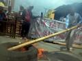 Warga memindahkan ban bekas yang dibakar saat memblokade jalan untuk menolak penggusuran susulan di Jalan Abubakar Lambogo, Makassar, Sulawesi Selatan, Senin (20/3). Sebanyak 28 rumah akan digusur menyusul penggusuran asrama TNI Bara-baraya yang telah dilakukan sebelumnya. Warga masih bertahan karena mengaku memiliki dokumen resmi serta sertifikat. ANTARA FOTO/Darwin Fatir/kye/17.