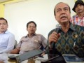 Komisioner Komnas HAM Prof Hafidz Abbas (kanan) didampingi Ketua Tim Solidaritas Bara-baraya Bersatu Faiz (kiri) dan Kuasa hukum pendamping koban penggusuran Irwan (dua kiri) memberikan tanggapan saat dialog di aula asrama TNI Bara-baraya, Makassar, Sulawesi Selatan, Senin (20/3). Kedatangan Komnas HAM di lokasi penggusuran 102 rumah warga itu untuk menghimpun data dan mendengar keluhan korban penggusuran, serta mengenai rencana penggusuran susulan terhadap 28 rumah warga di luar lokasi asrama setempat. ANTARA FOTO/Darwin Fatir/kye/17.