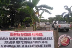 Warga Tanam Pisang Di Tol Reformasi Makassar