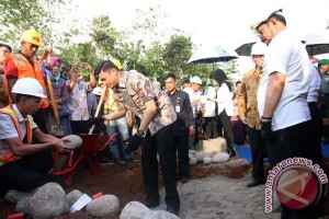 Gubernur Sulsel Letakkan Batu Pertama Perumahan Guru