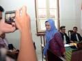 Bupati Luwu Utara (Lutra) Indah Putri Indriani (kanan) meninggalkan ruang sidang usai memberikan kesaksian di Pengadilan Tipikor Negeri Makassar, Sulawesi Selatan, Kamis (20/4). Jaksa Penuntut Umum menghadirkan Indah sebagai saksi yang saat itu menjabat sebagai Wakil Wali Bupati Lutra untuk memberikan keterangan terkait penyalahgunaan anggaran DID Lutra TA 2010-2011 yang tidak sesuai peruntukan senilai Rp24 miliar. ANTARA FOTO/Darwin Fatir/ama/17