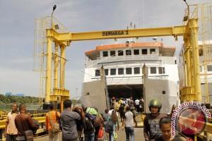 Polisi turunkan paksa 213 penumpang KM Madu