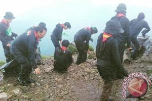 Peringati Hari Bumi Sintalaras UNM Bersihkan Gunung
