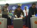Kapolda Sulsel Irjen Pol Mukhtiono (kiri), Kepala kantor Wilayah Bank Indonesia Sulsel Wiwiek Sisto Widayat (kedua kanan), Ketua Pengadilan Negeri (PN) Makassar Andi Cakra Alam (kanan) memusnahkan lembaran uang palsu di Kantor Perwakilan BI Sulsel, Makassar, Sulawesi Selatan, Rabu (17/5). Sebanyak 3.604 lembar uang palsu dimusnahkan Bank Indonesia (BI) bekerja sama dengan Polda Sulsel yang merupakan temuan sejak periode Desember 2015 hingga Mei 2017 di wilayah Sulawesi Selatan. ANTARA FOTO/Dewi Fajriani/kye/17