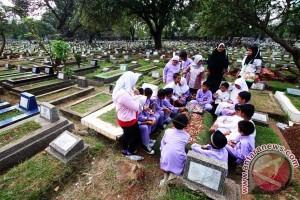 Peziarah Padati Pemakaman Umum Di Makassar