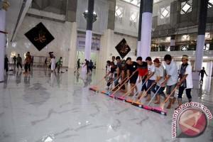 Bupati-Wabup Gowa Bersihkan Masjid Syekh Yusuf