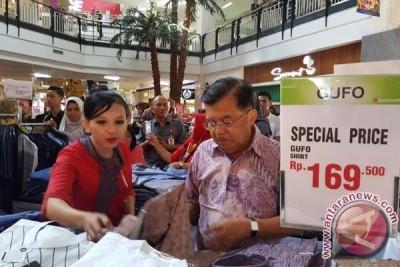 """Wapres Jusuf Kalla Beli Pakaian """"Discount"""" Di Mal"""