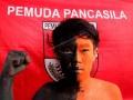 Anggota Pemuda Pancasila kota Makassar mengecat wajahnya saat melakukan aksi memperingati hari lahir Pancasila di Makassar, Sulawesi Selatan, Kamis (1/6). Mereka mengajak seluruh elemen masyarakat agar memaknai arti kebinekaan serta menghargai perbedaan agama, suku dan ras dalam bermasyarakat di Indonesia. ANTARA FOTO/Abriawan Abhe/aww/17.