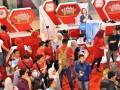 Pengunjung memadati area program Telkomsel Siaga 2017 pada kegiatan pameran Telkomsel Ramadan Fair, di Mall Mari, Makassar, Sulawesi Selatan, Kamis (1/6). Pameran yang menghadirkan beragam layanan digital kepada pelanggan tersebut digelar di empat kota besar yaitu Ambon, Sorong, Banjarmasin, dan Makassar yang berlangsung hingga 4 Juni. ANTARA FOTO/Dewi Fajriani/aww/17.