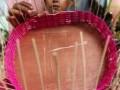Perajin membuat keranjang parsel di Makassar, Sulawesi Selatan, Rabu (14/6). Permintaan keranjang parsel yang dijual Rp5.000 hingga Rp50.000 per buah tersebut mengalami peningkatan menjelang hari Raya Idulfitri 1438 H. ANTARA FOTO/Yusran Uccang/17