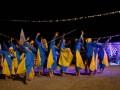 Peserta unjuk kebolehan di depan juri saat Lomba Patrol Sahur bertema \'Rumallang Parasanga ta\' (Ramadan Kehidupan Kita) di Kabupaten Maros, Sulawesi Selatan, Minggu (18/6) dini hari. Lomba tersebut diikuti sejumlah komunitas pemuda se-Kabupaten Maros dan rutin dilaksanakan setiap pekan akhir Ramadan. (ANTARA FOTO/Darwin Fatir)