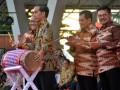 Presiden Joko Widodo (kedua kiri) di dampingi Menteri Koperasi dan UMKM, AA Gede Ngurah Puspayoga (kiri), Ketua Dewan Koperasi Indonesia, Nurdin Halid (kedua kanan), dan Gubernur Sulsel Syahrul Yasin Limpo (kanan) memukul gendang saat peringatan Hari Koperasi Nasional (Harkopnas) ke-70 di Lapangan Karebosi, Makassar, Sulawesi Selatan, Rabu (12/7). Harkopnas ke-70 tahun 2017 yang dihadiri 34 Dewan Koperasi Wilayah tingkat provinsi dan 450 Dewan Koperasi Daerah tingkat kabupaten dan kota itu mengangkat tema Koperasi Menuju Pemerataan Kesejahteraan Masyarakat yang Berkeadilan untuk Memperkokoh Negara Kesatuan Republik Indonesia. ANTARA FOTO/Dewi Fajriani/pras/17