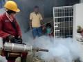Pegawai Biro Jasa Fogging Gerakan Peduli Lingkungan, melakukan fogging ke perumahan warga di Makassar, Sulawesi Selatan, Kamis (13/7). Biro jasa itu melakukan fogging guna memberantas nyamuk penyebab demam berdarah dengan tarif seikhlasnya. ANTARA FOTO/Darwin Fatir/aww/17.