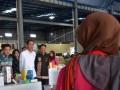 Presiden Joko Widodo (kedua kiri) didampingi Gubernur Sulsel Syahrul Yasin Limpo (ketiga kiri), dan Bupati Maros Hatta Rahman (kiri) meninjau lapak pedagang usai meresmikan Pasar Rakyat Maros Baru di Pallantikang, Maros Baru, Maros, Sulawesi Selatan, Kamis (13/7). Pasar tradisional yang dibangun di atas lahan seluas dua hektare tersebut menggunakan anggaran APBD sebesar Rp7 miliar yang bisa menampung 300 pedagang dan diharapakan mampu memberdayakan masyarakat di sekitar pasar. (ANTARA FOTO/Dewi Fajriani)