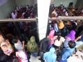 Sejumlah orang tua siswa kelas 1 menunggu anaknya yang mengikuti kegiatan pengenalan siswa pada hari pertama sekolah di SD Negeri Minasaupa Makassar, Sulawesi Selatan, Senin (17/7). Senin 17 Juli 2017 merupakan hari pertama sekolah tahun ajaran baru 2017/2018. ANTARA FOTO/Yusran Uccang/ama/17