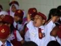Seorang siswa kelas 1 menguap saat mengikuti kegiatan pengenalan siswa pada hari pertama sekolah di SD Negeri Minasaupa Makassar, Sulawesi Selatan, Senin (17/7). Senin 17 Juli 2017 merupakan hari pertama sekolah tahun ajaran baru 2017/2018. ANTARA FOTO/Yusran Uccang/ama/17