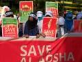 Massa yang tergabung dalam Forum Peduli Al Aqsa melakukan aksi solidaritas di Monumen Mandala, Makassar, Sulawesi Selatan, Jumat (21/7). Dalam aksinya mereka menyerukan pada pemerintah untuk memberi dukungan kepada Palestina atas tindakan Israel yang memblokade Masjid Al Aqsa yang dianggap melanggar Resolusi PBB dan kesepakatan internasional. ANTARA FOTO/Sahrul Manda Tikupadang/foc/17.