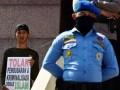 Sejumlah pengunjukrasa yang tergabung dalam Forum Umat Islam Bersatu berunjuk rasa di gedung DPRD Sulsel di Makassar, Sulawesi Selatan, Jumat (21/7). Mereka menolak Perppu Ormas karena dianggap sebagai bentuk pembatasan kebebsan masyarakat. ANTARA FOTO/Yusran Uccang/foc/17.