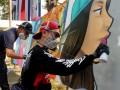 Peserta membuat karya seni mural saat kontes seni mural 2017 di Kampus Universitas Muhammadiyah (Unismuh) Makassar, Sulawesi Selatan, Sabtu (29/7). Kontes seni mural yang diikuti sejumlah seniman dan penghobi seni mural tersebut bertujuan untuk meningkatkan kreativitas dalam seni menggambar. ANTARA FOTO/Abriawan Abhe/ama/17