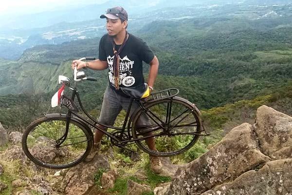 Kostum Bawa Sepeda Onthel Mendaki Gunung Bawakareng
