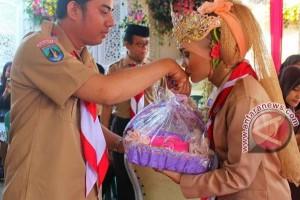 Kisah Pasangan Asal Jatim Menikah Ala Pramuka