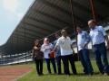 Sejumlah anggota DPRD Provinsi Sulsel meninjau kondisi Stadion Barombong di Makassar, Sulawesi Selatan, Kamis (3/8). Pembangunan stadion tersebut sempat terhenti sejak 2014 dan mulai dilanjutkan kembali pada 2017 karena mendapatkan suntikan anggaran Rp95 milar dari APBD, dan dari total anggaran APBN dan APBD yang digunakan sejak 2011-2014 sebesar Rp202 miliar. ANTARA FOTO/Darwin Fatir/pd/17.