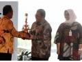 Menristekdikti Muhammad Nasir (kiri) memberikan piala penghargaan Anugerah Budhipura kepada Gubernur Jawa Barat Ahmad Heryawan (tengah) pada peringatan Hari Kebangkitan Teknologi Nasional (Hakteknas) ke-22 di Center Point Indonesia (CPI), Makassar, Sulawesi Selatan, Kamis (10/8). Anugerah Budhipura dari Kementerian Riset dan Teknologi tersebut merupakan kali ketiga yang diraih Pemerintah Provinsi Jawa Barat sejak 2015. ANTARA FOTO/Yusran Uccang/kye/17