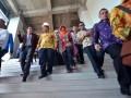 Mentristekdikti Mohammad Nasir (ketiga kiri) meninjau bangunan gedung kampus Universitas Fajar (Unifa), Makassar, Sulawesi Selatan, Kamis (10/8). Kunjungan Menristekdikti tersebut untuk meresmikan Program Magister Manajemen Universitas Fajar. ANTARA FOTO/Dewi Fajriani/kye/17
