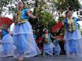 Peserta Beasiswa Seni dan Budaya (BSBI) 2017 menampilkan Tari Simula Kajajiang asal Luwu saat pementasan Panggung Lintas Budaya di Rumata Art Space, Makassar, Sulawesi Selatan, Kamis (10/8). Pementasan seni dan budaya Sulawesi Selatan tersebut adalah hasil pembelajaran selama tiga bulan di Makassar sebanyak 12 siswa dari sejumlah negara di antaranya Malaysia, Rusia, Spanyol, Turki, Singapura dan Vietnam. ANTARA FOTO/Abriawan Abhe/kye/17