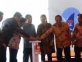 Wakil Presiden Jusuf Kalla (tengah) bersama Mantan Presiden BJ Habibie (ketiga kiri), Menko PMK Puan Maharani (ketiga kanan), Menristekdikti Muhammad Nasir (kedua kanan), Menko Maritim Luhut Panjaitan (kedua kiri), dan Gubernur Sulsel Syahrul Yasin Limpo (kiri) memencet tombol saat memperingati Hari Kebangkitan Teknologi Nasional (Hakteknas) ke-22 di Center Point Indonesia (CPI) di Makassar, Sulawesi Selatan, Kamis (10/8). Peringatan Hakteknas tersebut menjadi yang pertama kali diselenggarakan di luar pulau Jawa. FOTO ANTARA/Yusran Uccang/aww/17.