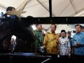 Wakil Presiden Jusuf Kalla (kedua kanan) bersama Mantan Presiden BJ Habibie (ketiga kanan) dan Menristekdikti Muhammad Nasir (kedua kiri) menyaksikan salah satu produk yang dipamerkan pada peringatan Hari Kebangkitan Teknologi Nasional (Hakteknas) ke-22 di Center Point Indonesia (CPI) Makassar, Sulawesi Selatan, Kamis (10/8). Peringatan Hakteknas tersebut menjadi yang pertama kali diselenggarakan di luar pulau Jawa. FOTO ANTARA/Yusran Uccang/aww/17.
