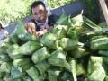 Pedagang menata kulit ketupat jualannya di Makassar, Sulawesi Selatan, Kamis (31/8). Warga membeli kulit ketupat yang dijual Rp10 ribu per ikat itu untuk melengkapi aneka masakan khas Iduladha. ANTARA FOTO/Yusran Uccang/aww/17.